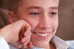 Estudando a vista do menino - adolescente Foto de Stock