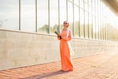 Estudante árabe que guarda um dobrador foto de stock