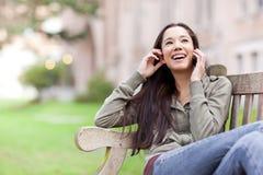 Estudante étnico no telefone fotografia de stock