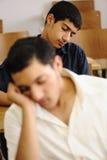 Estudante adolescente que dorme no tempo da leitura, faculdade imagens de stock