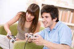 Estudante - adolescentes felizes que jogam o jogo video Fotografia de Stock