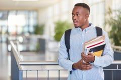 Estudante africano na universidade imagens de stock
