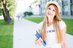 Estudante alegre Girl Holding Books na passagem imagem de stock royalty free
