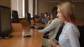 Estudante alegre que trabalha no computador vídeos de arquivo