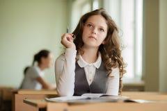 Estudante ansiosa para responder a uma pergunta Fotos de Stock Royalty Free
