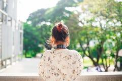 A estudante asiática aprende a fotografia com a câmera de bolso pequena exterior no dia Fotos de Stock