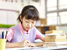 Estudante asiática que estuda na sala de aula Fotografia de Stock Royalty Free