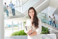 Estudante asiático feliz com livros fotografia de stock royalty free