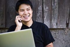Estudante asiático no telefone Fotos de Stock Royalty Free