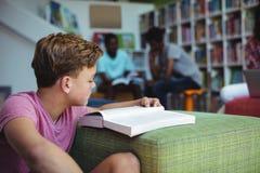 Estudante atento que estuda na biblioteca Fotos de Stock Royalty Free