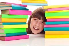 Estudante atrás da pilha dos livros Imagens de Stock