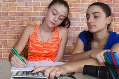 estudante atrativo novo Girls que estuda lições Pensamentos, educação, conceito da faculdade criadora Foto de Stock Royalty Free