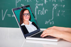 Estudante Attending Online Lecture no portátil na sala de aula Imagem de Stock