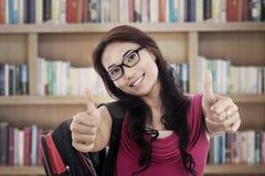 Estudante bem sucedido que mostra o thumbs-up Fotografia de Stock