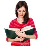 Estudante bonita que lê um livro Imagens de Stock Royalty Free