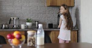A estudante bonito lava os pratos na cozinha filme