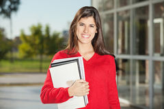 Estudante With Books Standing no terreno da faculdade Imagem de Stock Royalty Free