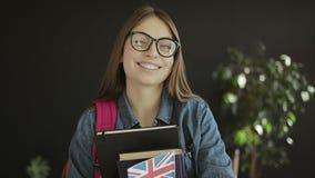 Estudante britânico Holding Books e uma bandeira video estoque