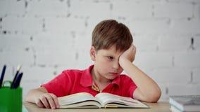 Estudante cansado de ler o livro de texto video estoque