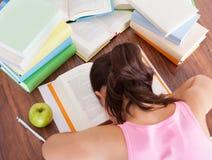 Estudante cansado que dorme no livro Imagens de Stock