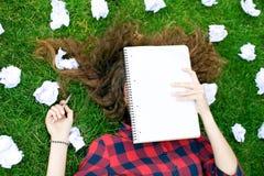 Estudante cercado pelo papel amarrotado foto de stock royalty free