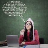 Estudante com ícones do Internet na classe Imagens de Stock