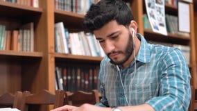 Estudante com fones de ouvido vídeos de arquivo