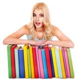Estudante com livro da pilha. Fotografia de Stock