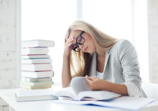 Estudante com livros e notas Imagem de Stock