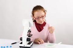 Estudante com microscópio moderno Imagem de Stock Royalty Free