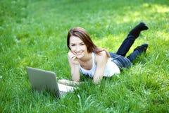 Estudante com o caderno exterior Foto de Stock Royalty Free