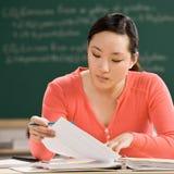 Estudante com o caderno que faz trabalhos de casa Imagem de Stock