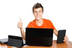 A estudante com portátil mostra o polegar acima Imagem de Stock