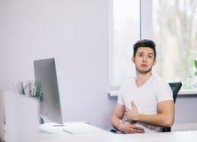 Estudante com problemas do estômago imagens de stock