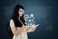 Estudante com tabuleta e ícones sociais dos meios Fotos de Stock Royalty Free