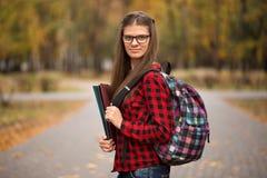 Estudante com a trouxa no parque Fim bonito da menina do estudante acima foto de stock