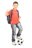 Estudante com um futebol que dá um polegar acima Fotos de Stock