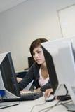 Estudante In Computer Lab da High School fotografia de stock royalty free