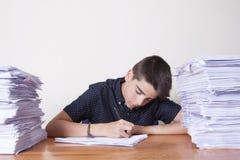 Estudante da criança na mesa imagens de stock