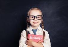 Estudante da criança que aprende o italiano na sala de aula fotografia de stock