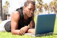Estudante da descida africana Wotking de Amercian em um L fotos de stock royalty free