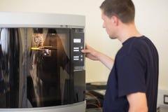Estudante da engenharia que usa a impressora 3d Fotos de Stock Royalty Free