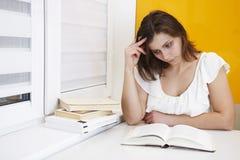 Estudante da moça que lê um livro Menina atrativa que prepara-se para exames na universidade foto de stock