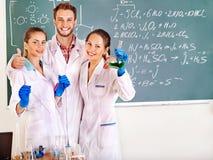 Estudante da química do grupo com garrafa. foto de stock royalty free