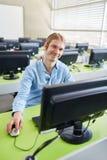 Estudante da TI que senta-se com computador imagens de stock