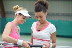 Estudante de ajuda do treinador de tênis Fotografia de Stock