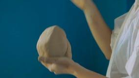 Estudante de arte fêmea novo que amassa e que esculpe a argila vídeos de arquivo