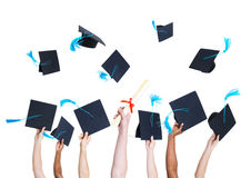 Estudante de graduação Throwing Graduation Hats foto de stock royalty free