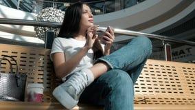 Estudante de jovem mulher bonito que usa sua tabuleta branca no shopping, vida feliz da universidade Foto de Stock
