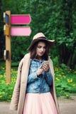 Estudante de jovem mulher Chatting no parque imagem de stock royalty free